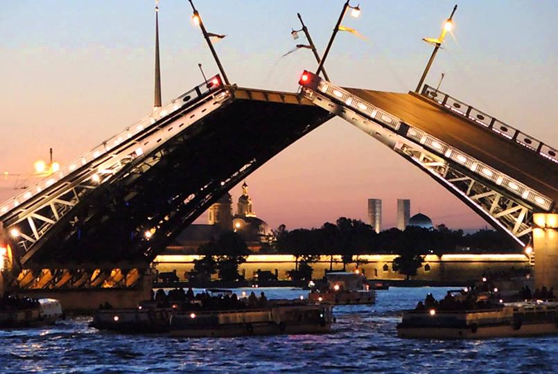 Здесь судоходный фарватер проходит близко к берегу, а разводная часть моста видна лучше всего.